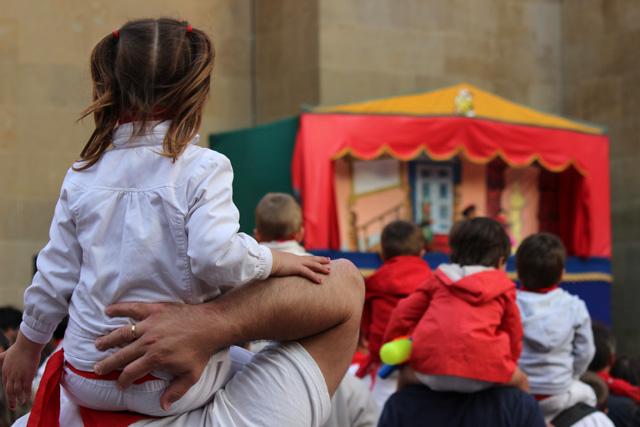 Espectáculo infantil en la calle durante los sanfermines