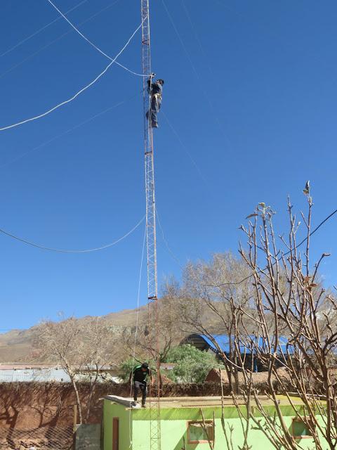 Franz der den vom Wind abgerissenen 40 m-Dipol wieder aufhängt. Dazu klettert er 20 m den Turm rauf.
