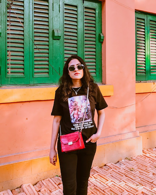 black outfit with pop of red , style blogger,black tee,  bucket hat