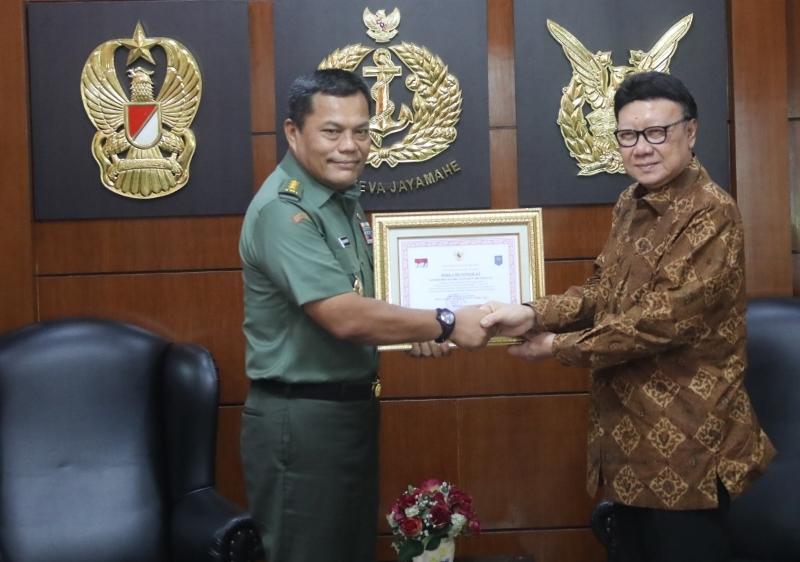 Mendagri Beri Penghargaan bagi Anggota TNI Gugur Dalam Pelaksanaan Pemilu
