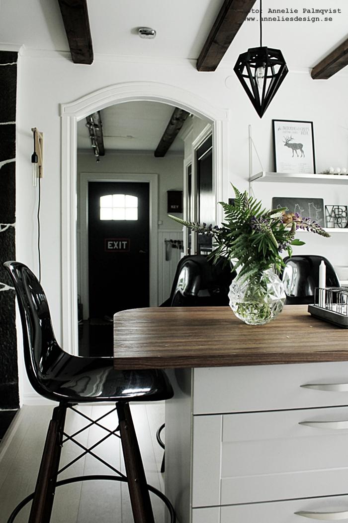 lupiner, kök, köket, svart och vitt, svartvit, svartvita, poster, älg, hjort, styckningsdetaljer, valv, vitt, vit, blommor, döden lampa, webbutik, webbutiker, webshop, annelies design, hylla, ytterdörr, svarta dörrar, köksö,