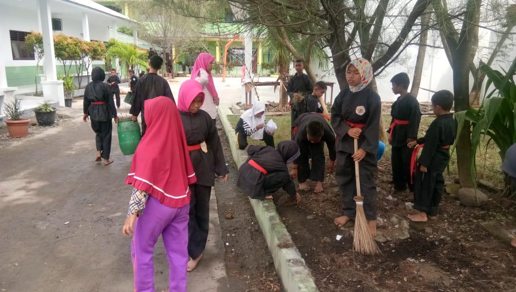 Pesilat Pesilat Muda Cimbed Bagan Deli Melaksanakan Kegiatan Gotong Royong Membersihkan Lingkungan Sekolah Sman 20 Medan Belawan Perguruan Seni Beladiri Cimbed