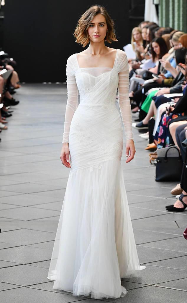 59a0656a2a410 فساتين الزفاف بالأكمام تمنح العروس إطلالة ملكية راقية، والدليل على هذا أنها  إختيار الملكات في جميع أنحاء العالم، وقد برزت هذه الصيحة مجدداً في فساتين  زفاف ...