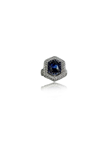 A striking hexagon shaped, 3.06 ct blue sapphire ring, handcrafted in 18 kt white gold, from MIRARI.