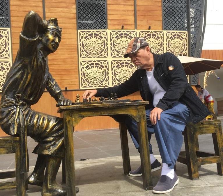 Dampak positif permainan catur terhadap kesehatan dan perkembangan otak manusia.