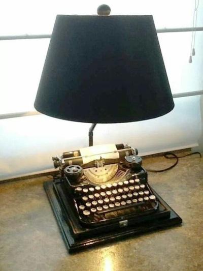 Lampu meja dari mesin ketik jadul