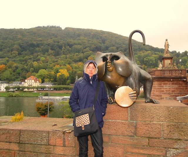 Brückenaffe (macaco da ponte) na Alte Brücke (Ponte Velha) sobre o rio Neckar, em Heidelberg/Alemanha