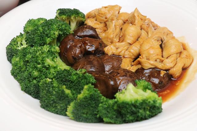 Stewed Beancurd Flower and  Black Mushroom With Broccoli