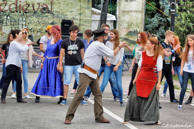 Iași - începutul secolului 21 - ora de dans medieval - blog FOTO-IDEEA