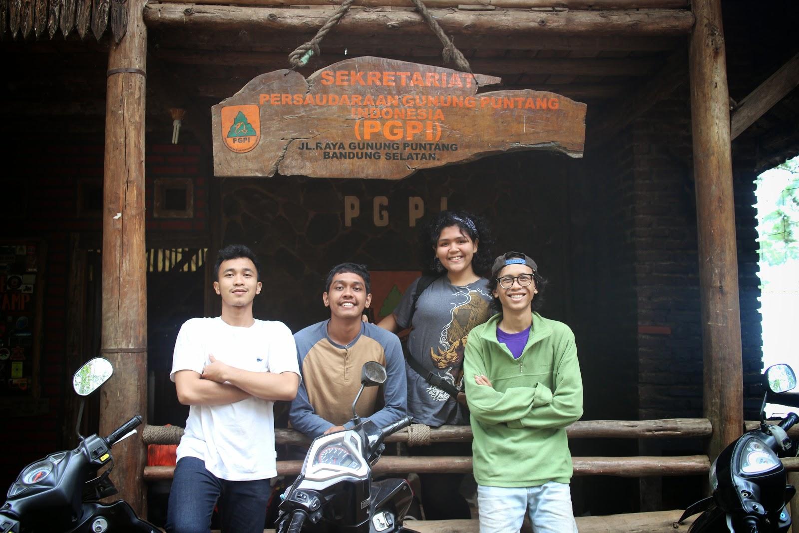 mejeng di depan basecamp Persaudaraan gunung puntang Indonesia