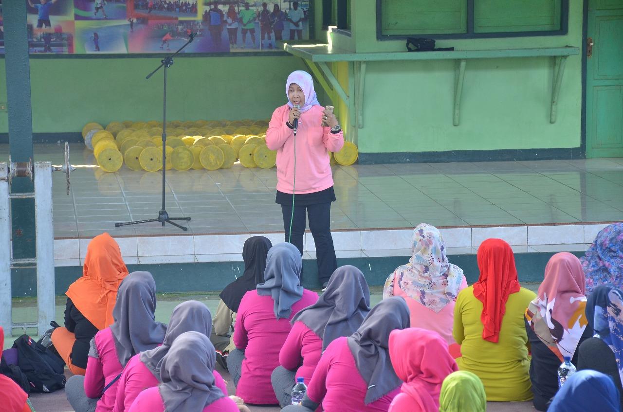 Ketua Persit KCK Koorcab Rem Perkenalkan Ecobrik Usai Senam Bersama
