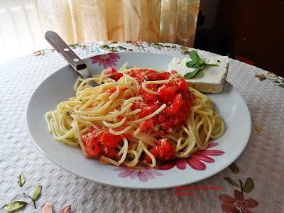 Μακαρονάδα ελαφρια και δροσερή με φασκια ντοματα ωμη και φετα και βασιλικο