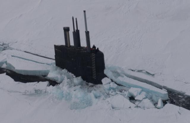 USS Connecticut rompiendo el hielo para dar inicio al ICEX 2018 en el Círculo Polar Ártico