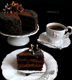 http://www.slodkastrona.com/2015/03/wilgotny-tort-czekoladowy-z-aksamitnym.html