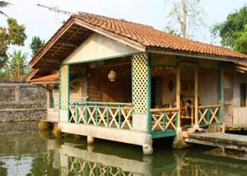 desain rumah panggung diatas kolam