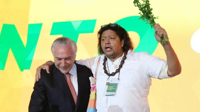 """Pai de santo invade palco, benze Temer e diz que há """"macumba"""" contra presidente"""