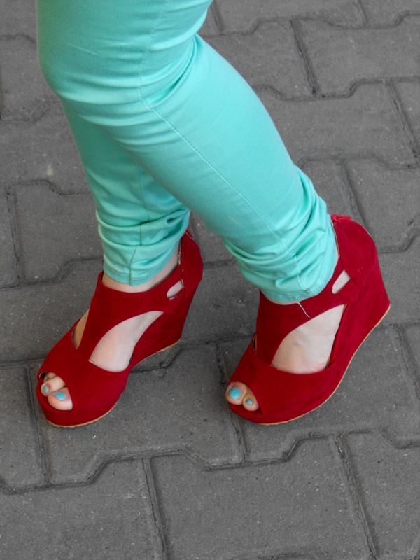 czerwone but na koturnie
