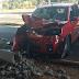 Mulher sofre mal súbito na direção de veículo e derruba poste na Avenida João Aranha, na manhã desta terça-feira; ninguém se feriu no acidente
