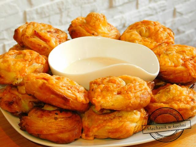 Ciasto francuskie z boczkiem ślimaczki z ciasta francuskiego przekąska na ciepło dziecinnie prosty przepis boczek zawijany w cieście francuskim ser żółty mechanik w kuchni  przystawka na przyjęcie