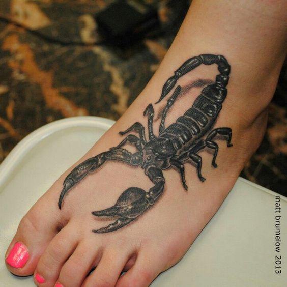 vemos un pie de chica joven, lleva cubriendo el empeine, un tatuaje de escorpion en 3d