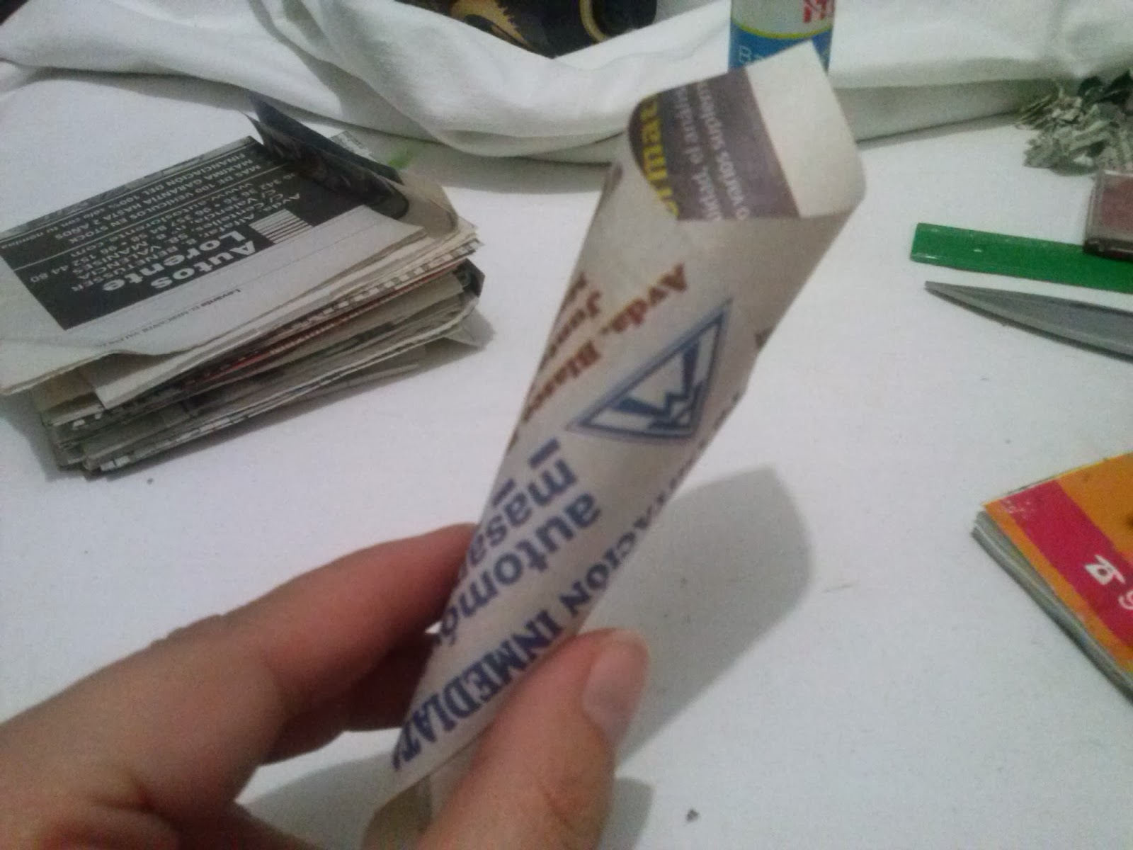 Pegamos cada cucurucho en la base circular de cartón.