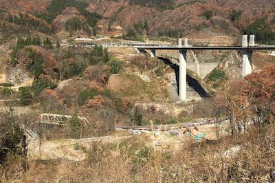 八ッ場大橋と谷底の旧線路