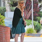 Sarah Michelle Gellar walks the streets of Santa Monica, blows kisses to her paparazzi stalkers