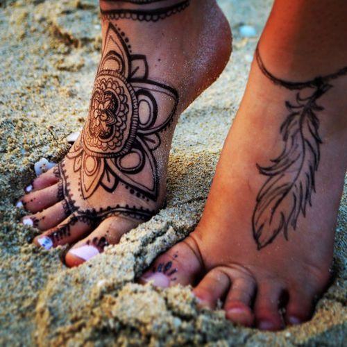 Vemos a una chica con tatuajes femeninos en sus pies