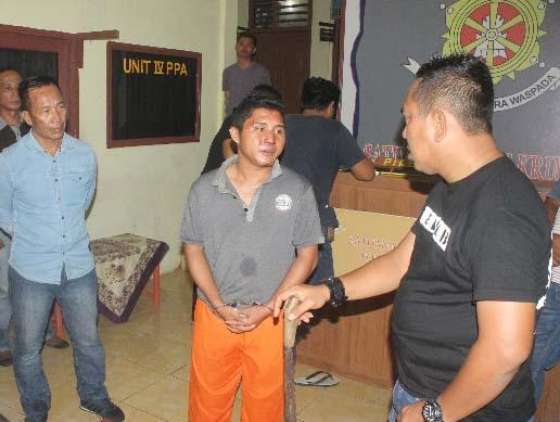 Tersangka pelaku pembunuhan di Nias saat diintrogasi polisi.