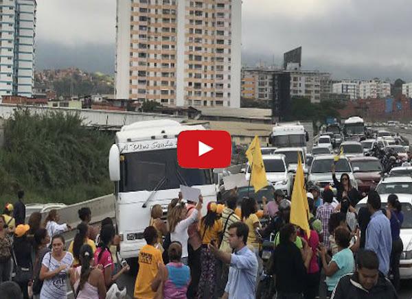Trancada por estudiantes la Francisco Fajardo en protesta