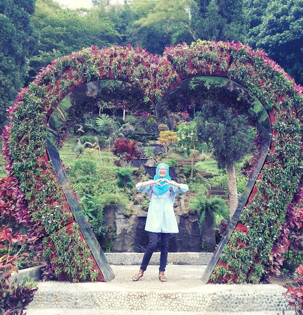 foto taman bunga selecta bentuk love