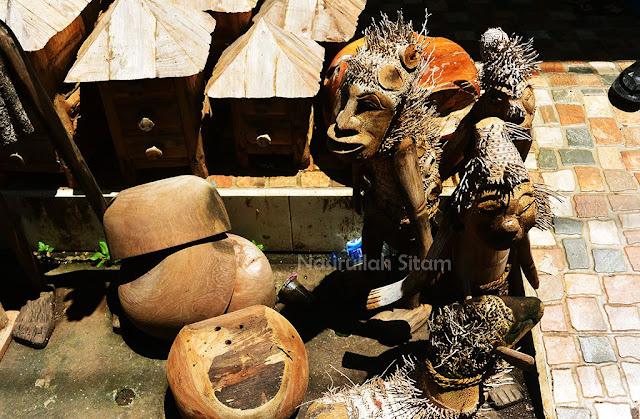 Berbagai patung dan ukiran yang terpajang di teras rumah