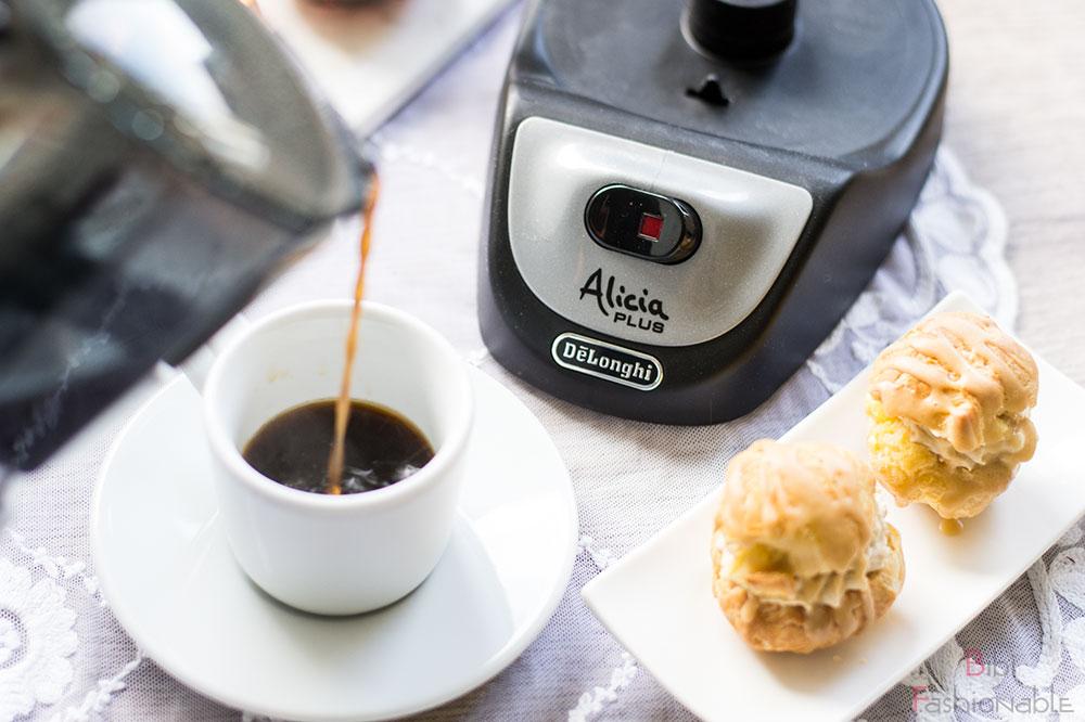 But first Coffee DeLonghi Alicia Kaffee eingießen