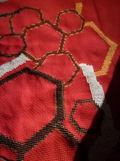 Poduszka czerwona z trapezami w brązach