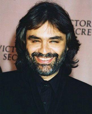Foto de Andrea Bocelli con barba y bigote