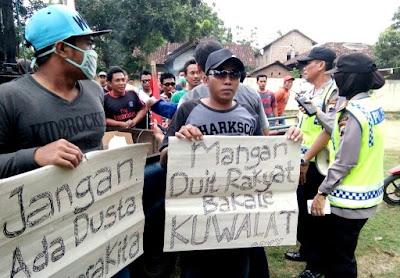 Aksi Demo Warga Desa Pasucen Kecamatan Trangkil Kabupaten Pati Jawa Tengah