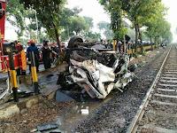 Xenia Tertabrak Kereta di Perlintasan Margorejo, 3 Orang Tewas