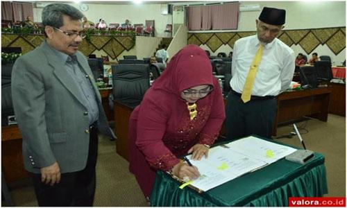 Ketua DPRD Padang, Elly Thrisyanti Tandatangani KUPA-PPAS Perubahan APBD Padang 2018,