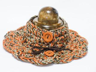 Otra vista de cuello punto jaspeado en tonos naranjas y marrones