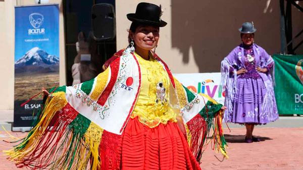 """Elegancia y belleza en desfile de """"cholitas"""""""