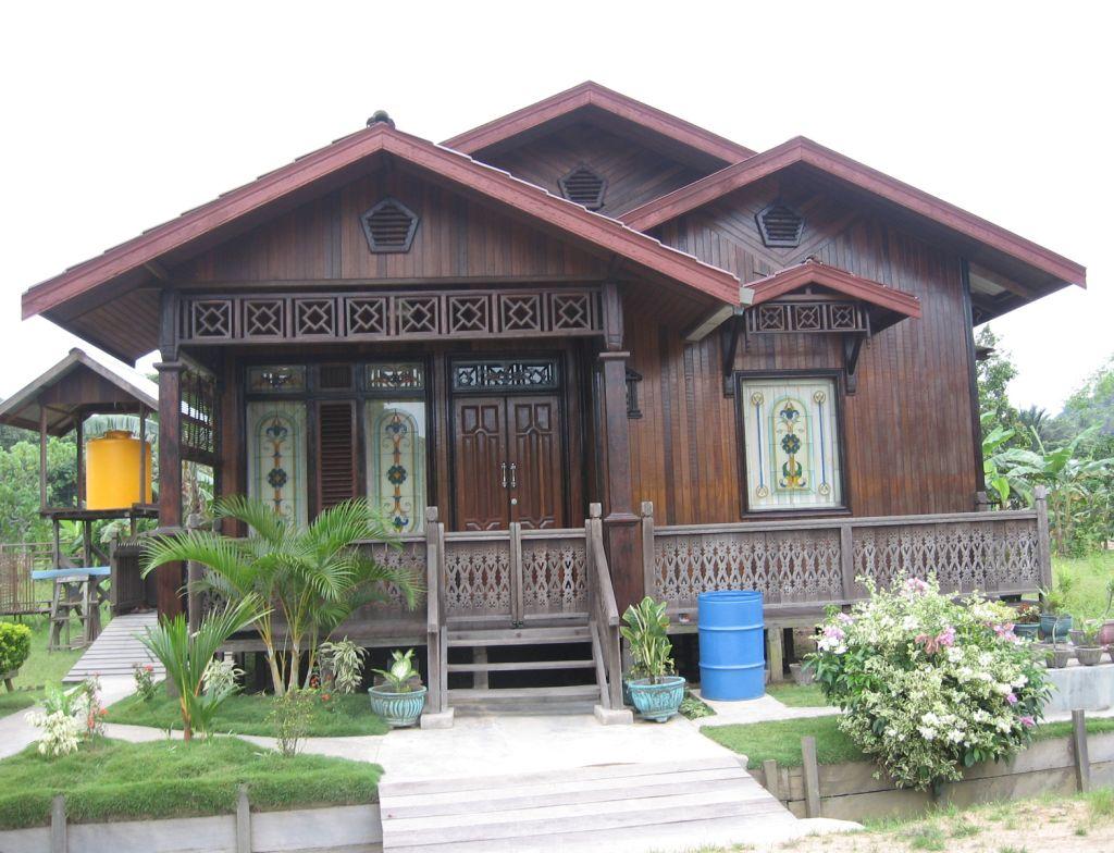 Rumah Kayu Sederhana Dengan Tangga Kecil Di Depan