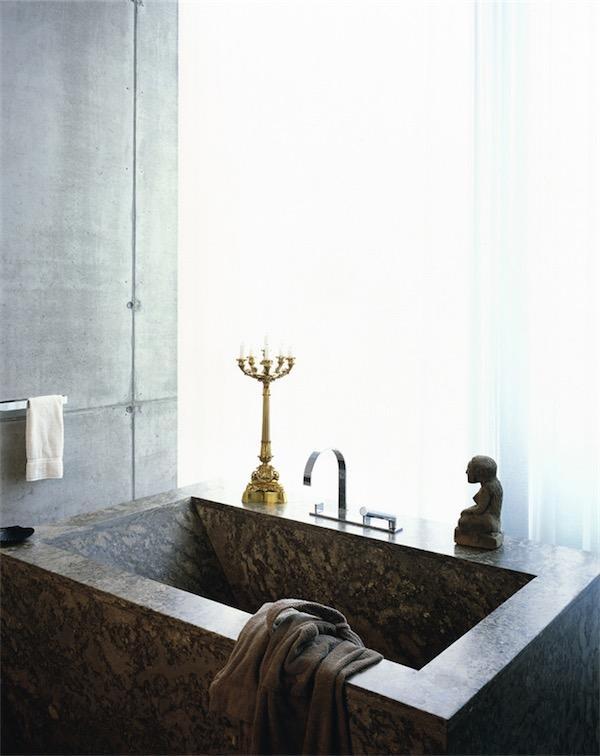 bano minimal con banera de marmol chicanddeco