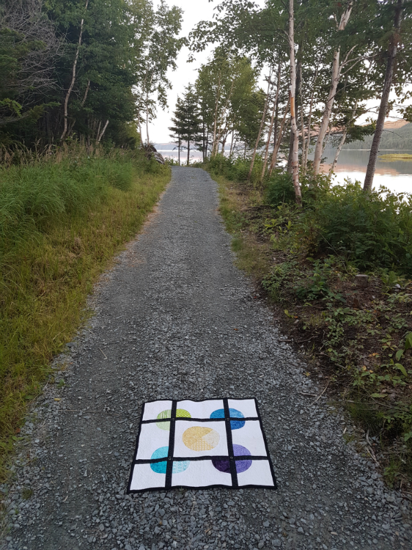 4 Corners mini quilt | DevotedQuilter.blogspot.com #quilt #modernquilt #miniquilt #flowquilting #fmq