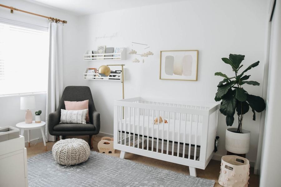 Proste i przytulne wnętrze w bieli, wystrój wnętrz, wnętrza, urządzanie domu, dekoracje wnętrz, aranżacja wnętrz, inspiracje wnętrz,interior design , dom i wnętrze, aranżacja mieszkania, modne wnętrza, białe wnętrza, wnętrza w bieli, styl skandynawski, minimalizm, naturalne dodatki, jasne wnętrza, pokój dziecięcy, pastelowe koloty, łóżeczko