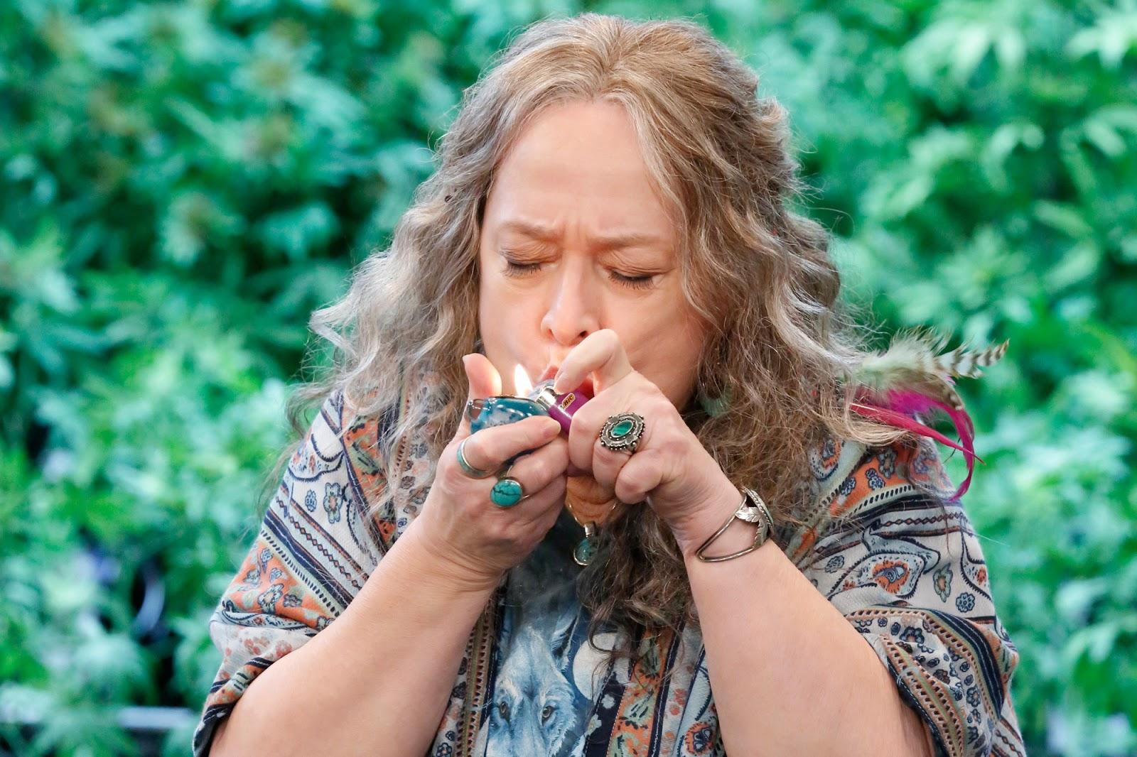 Kathy Bates fumando en un fotograma de Disjointed