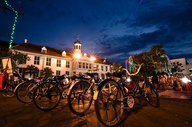 tempat wisata yang romantis di jakarta - kota tua malam hari