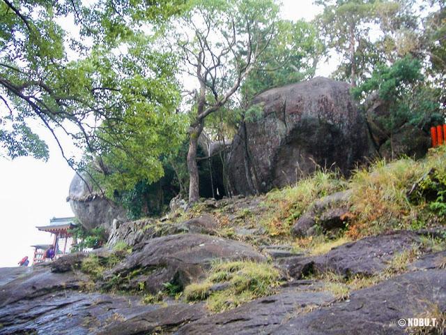 和歌山県新宮市「神倉神社」のゴトビキ岩