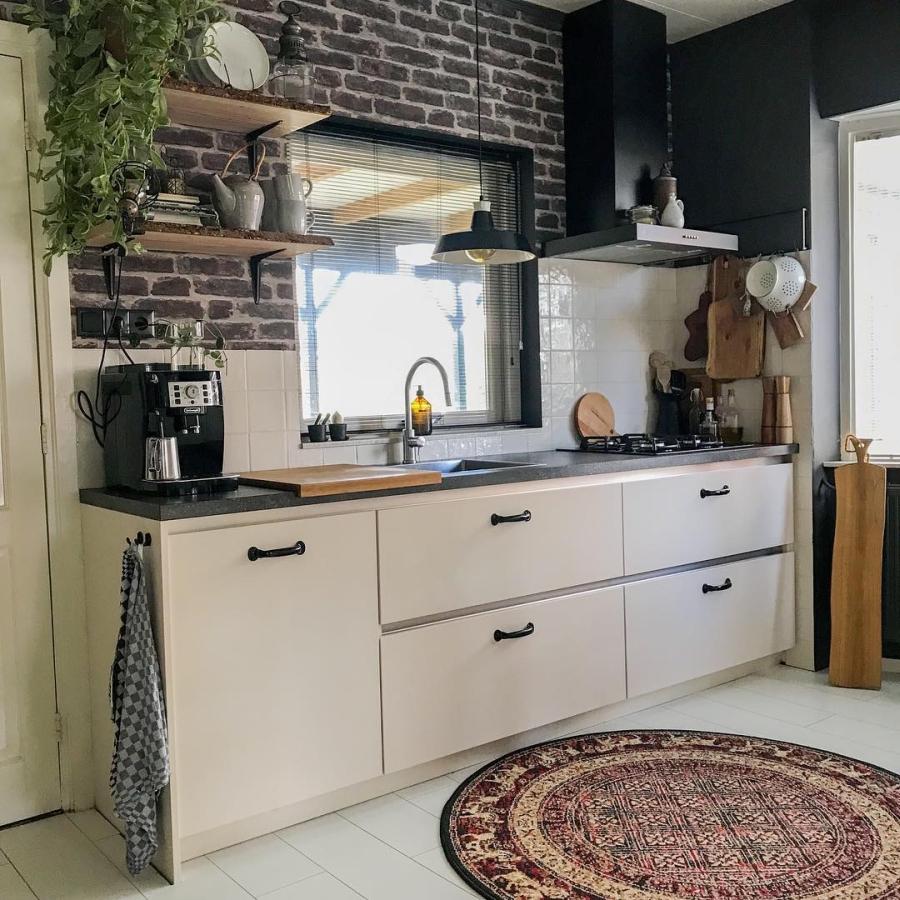 Klimatyczne mieszkanie z industrialnymi elementami, wystrój wnętrz, wnętrza, urządzanie domu, dekoracje wnętrz, aranżacja wnętrz, inspiracje wnętrz,interior design , dom i wnętrze, aranżacja mieszkania, modne wnętrza, styl skandynawski, scandinavian style, boho, styl industrialny, industrial style, styl rustykalny, retro, urban jungle, kuchnia, kitchen, mała kuchnia, biała kuchnia, kuchnia skandynawska, czerwona cegła, ściana z cegły