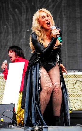 Foto de Laura León con vestimenta negra