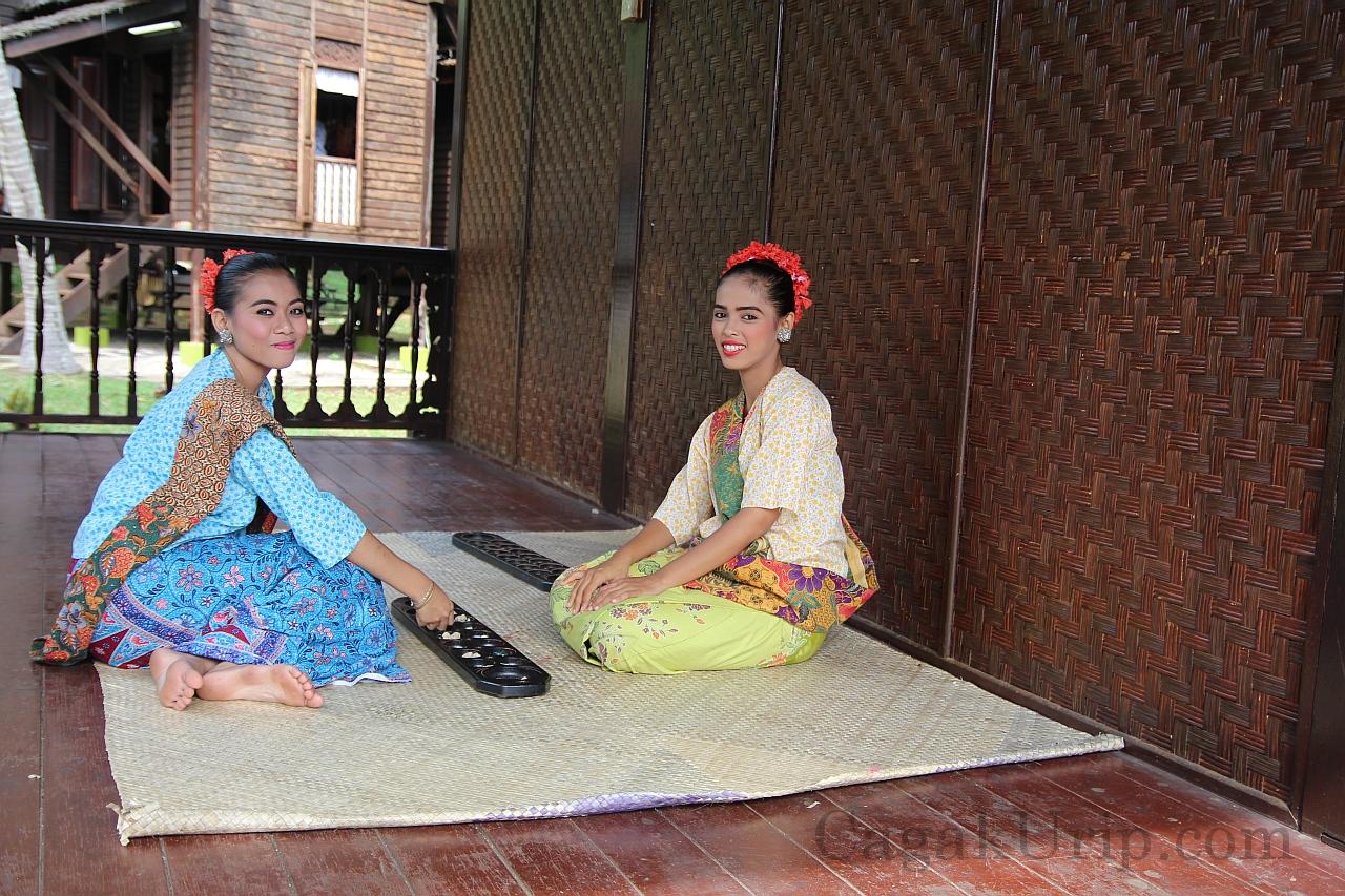 Gadis lokal bermain congklak di salah satu anjungan Mini Malaysia & ASEAN Cultural Park